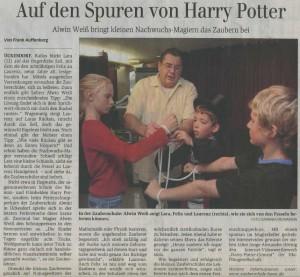 In der Zauberschule Bonn: Alwin Weiß zeigt Lara, Felix und Laurenz (rechts), wie sie sich von den Fesseln befreien können.